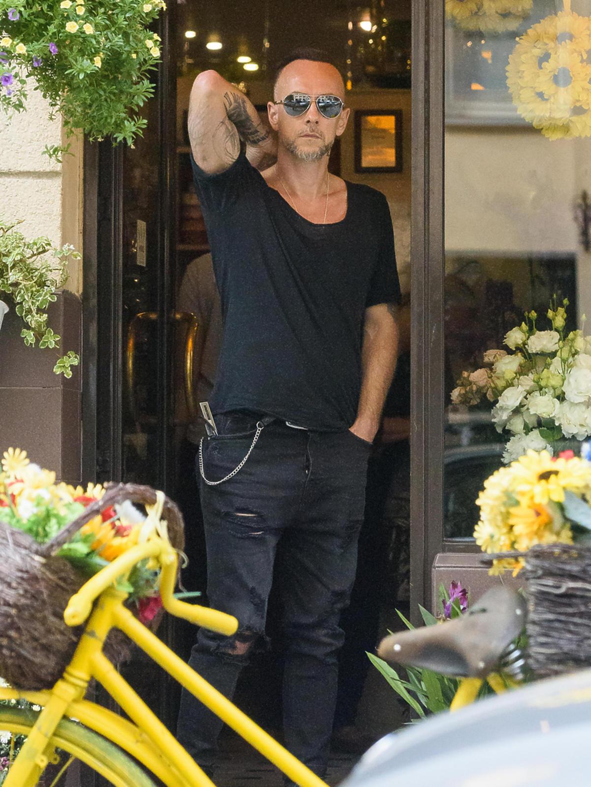 Adam Nergal Darski kupuje kwiaty