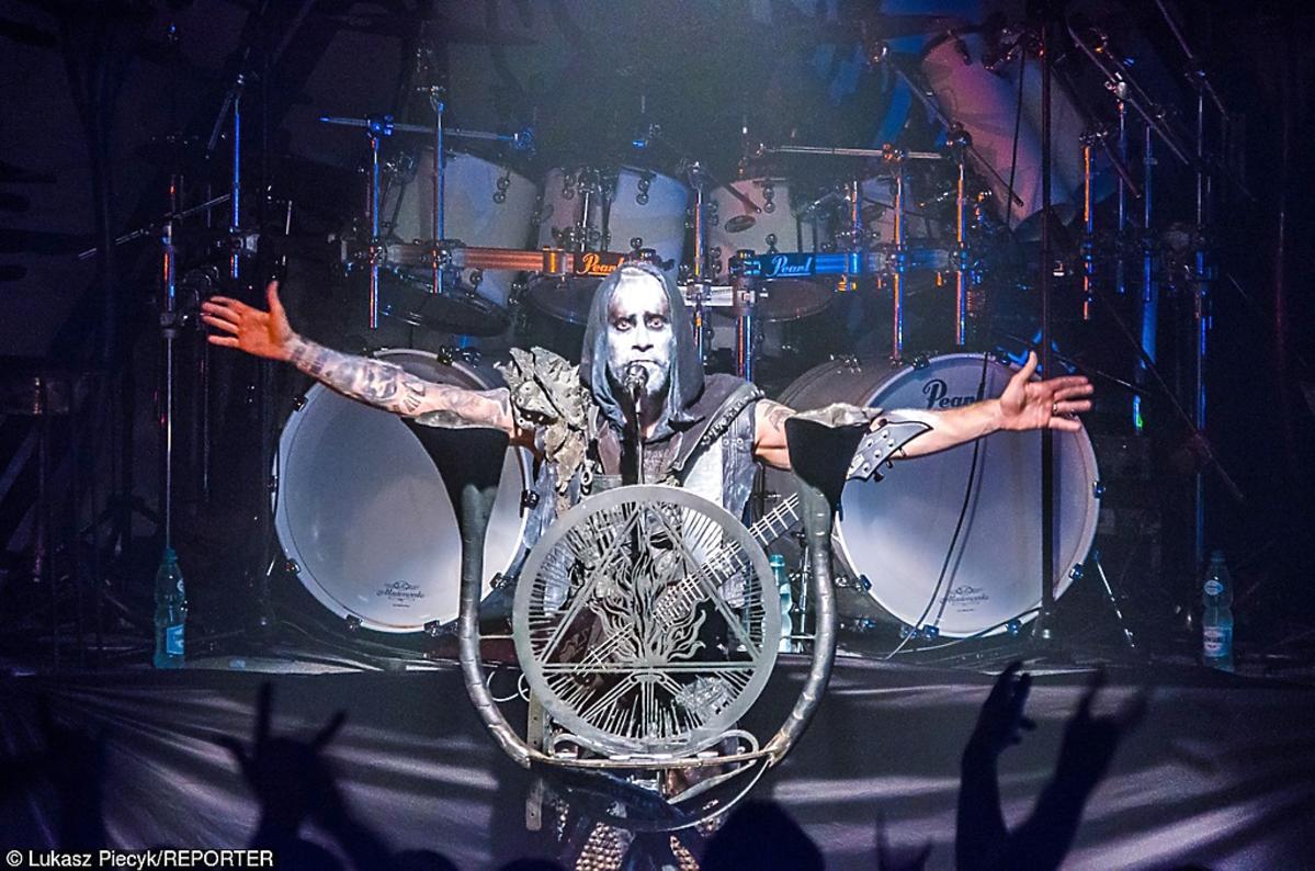 Adam Nergal Darski z zespołu Behemoth na scenie
