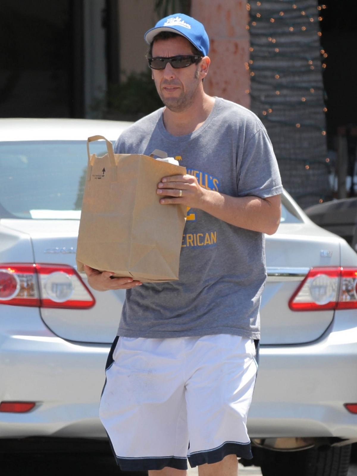 Adam Sandler wraca z zakupów