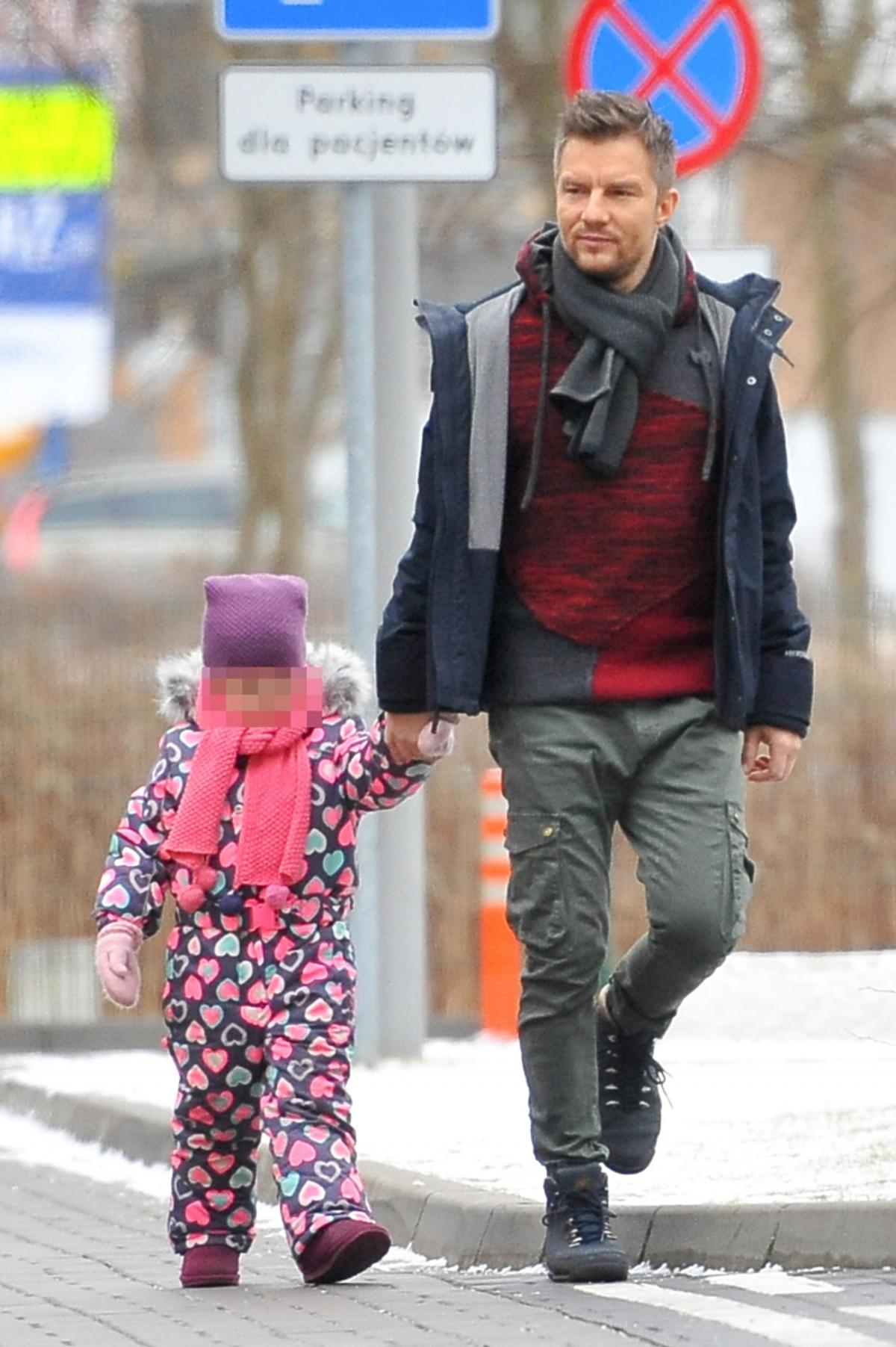 Adam Sztaba z córką partnerki w drodze do szpitala