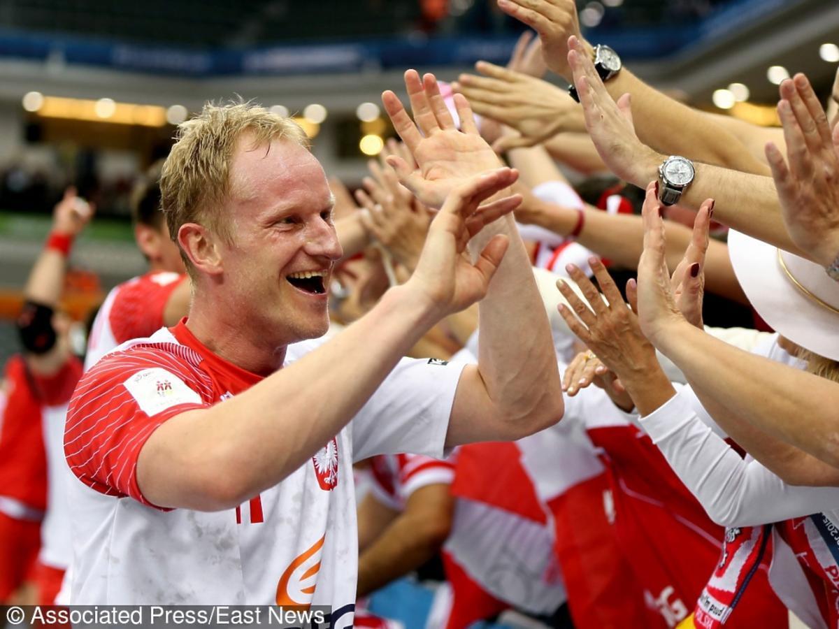 Adam Wiśniewski szczypiornista przybija piatki fanom na boisku