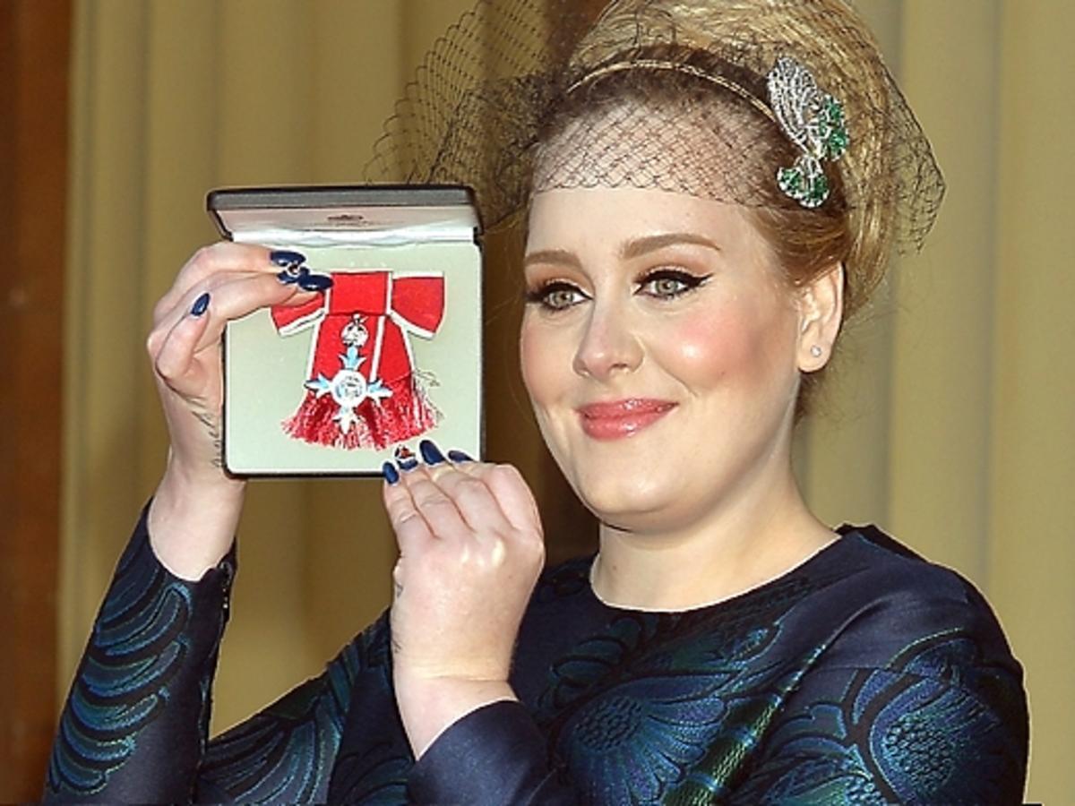 Adele otrzymała order od królowej Elżbiety II