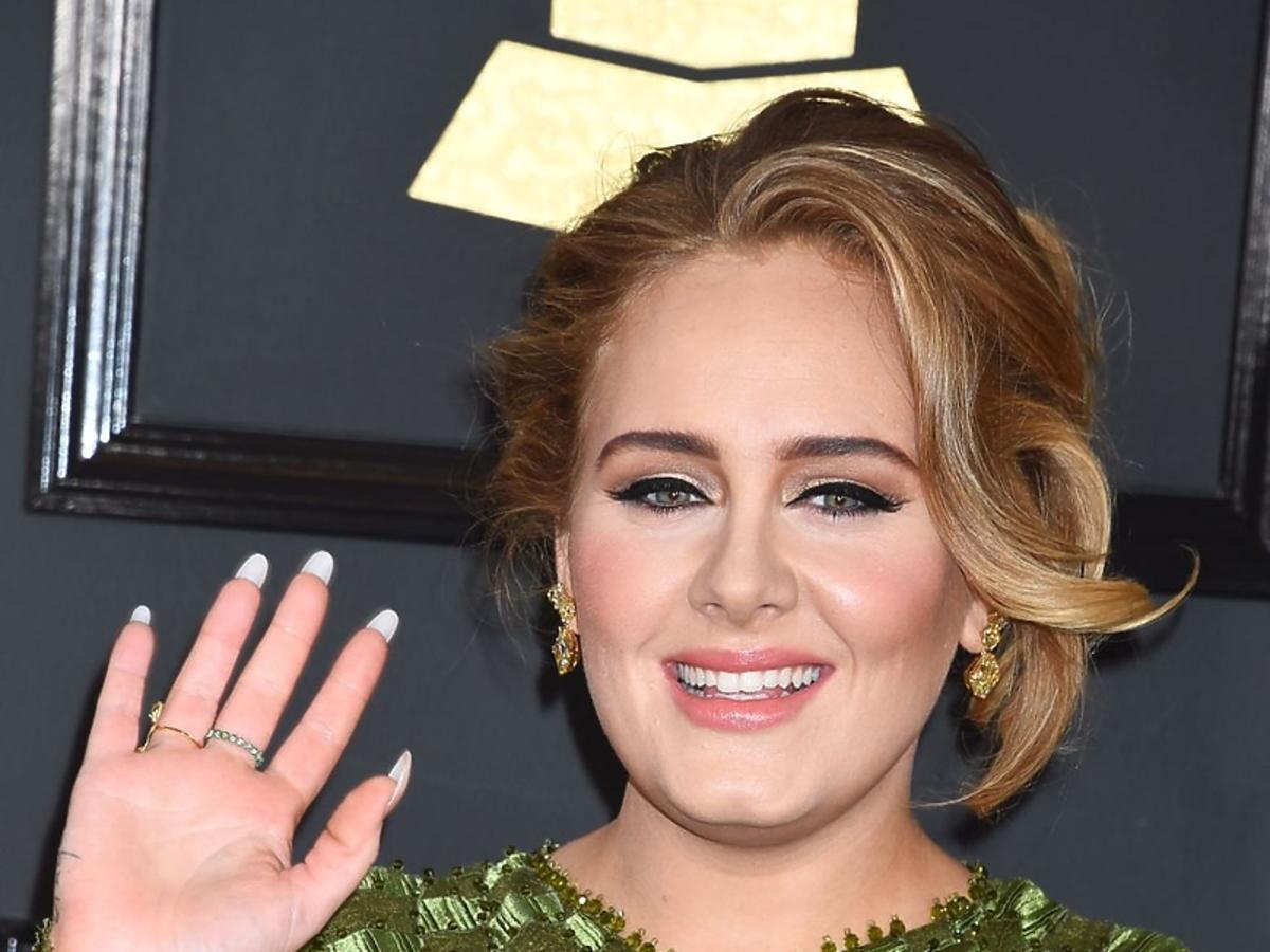 Adele uśmiecha się