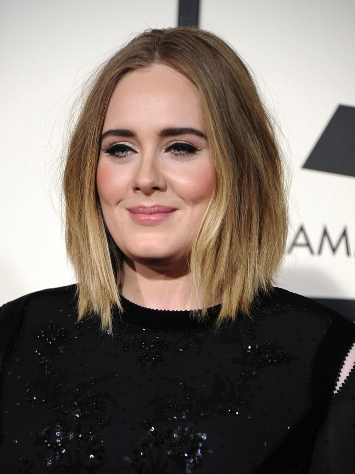 Adele w czarnej sukience i makijażu z eyelinerem