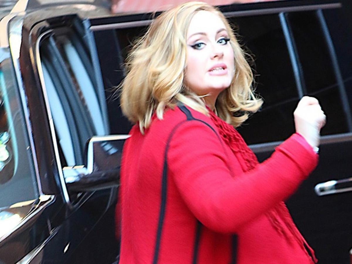 Adele w czerwonym płaszczu w Nowym Jorku
