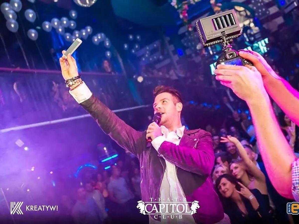Adi Kowalski podczas koncertu promującego jego płytę