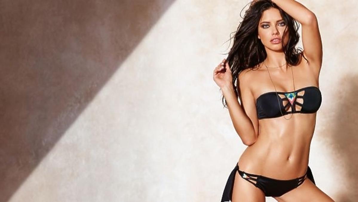 Adriana Lima w czarnym kostiumie