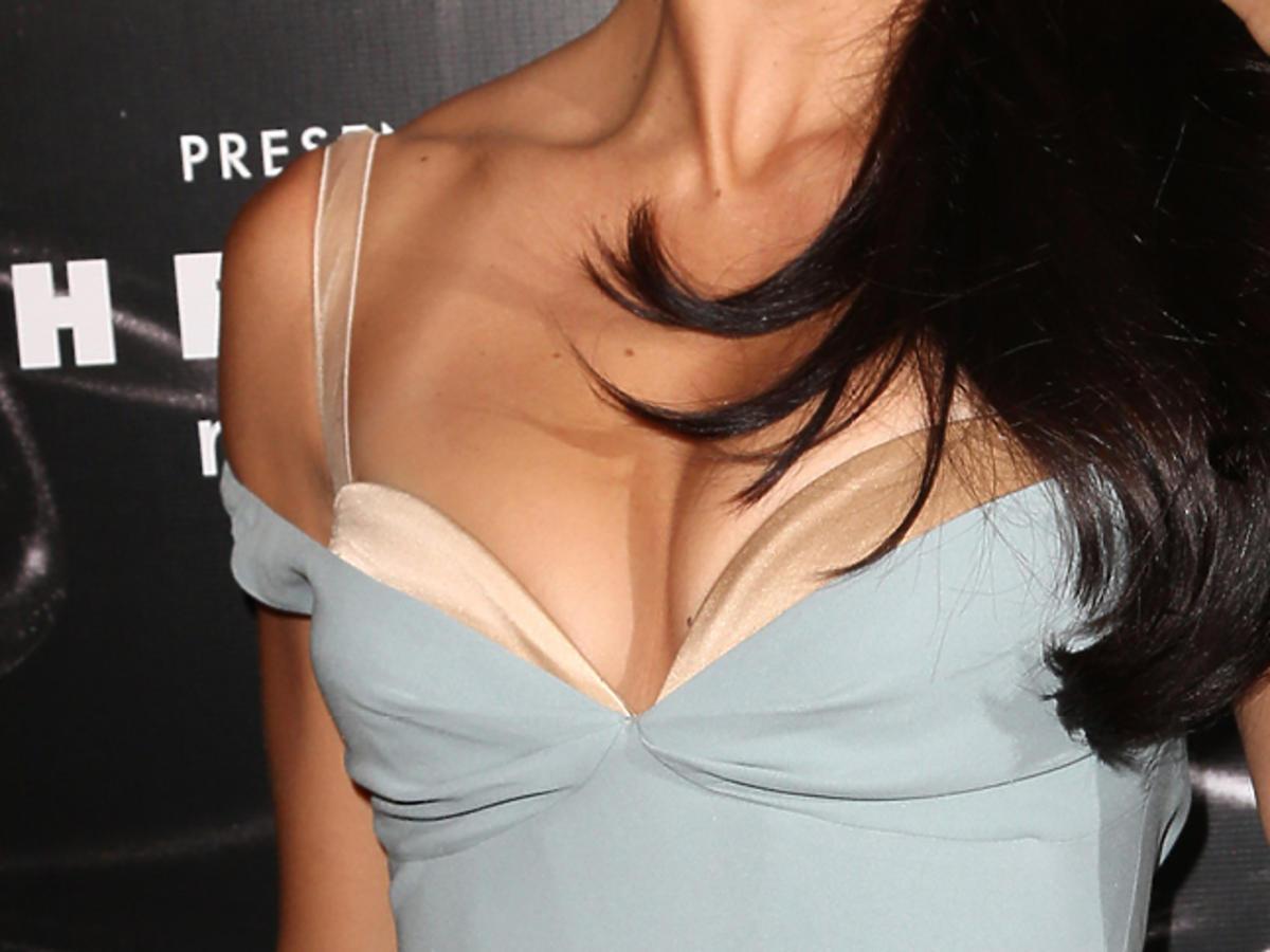 Adriana Lima w sukience z widocznym biustonoszem