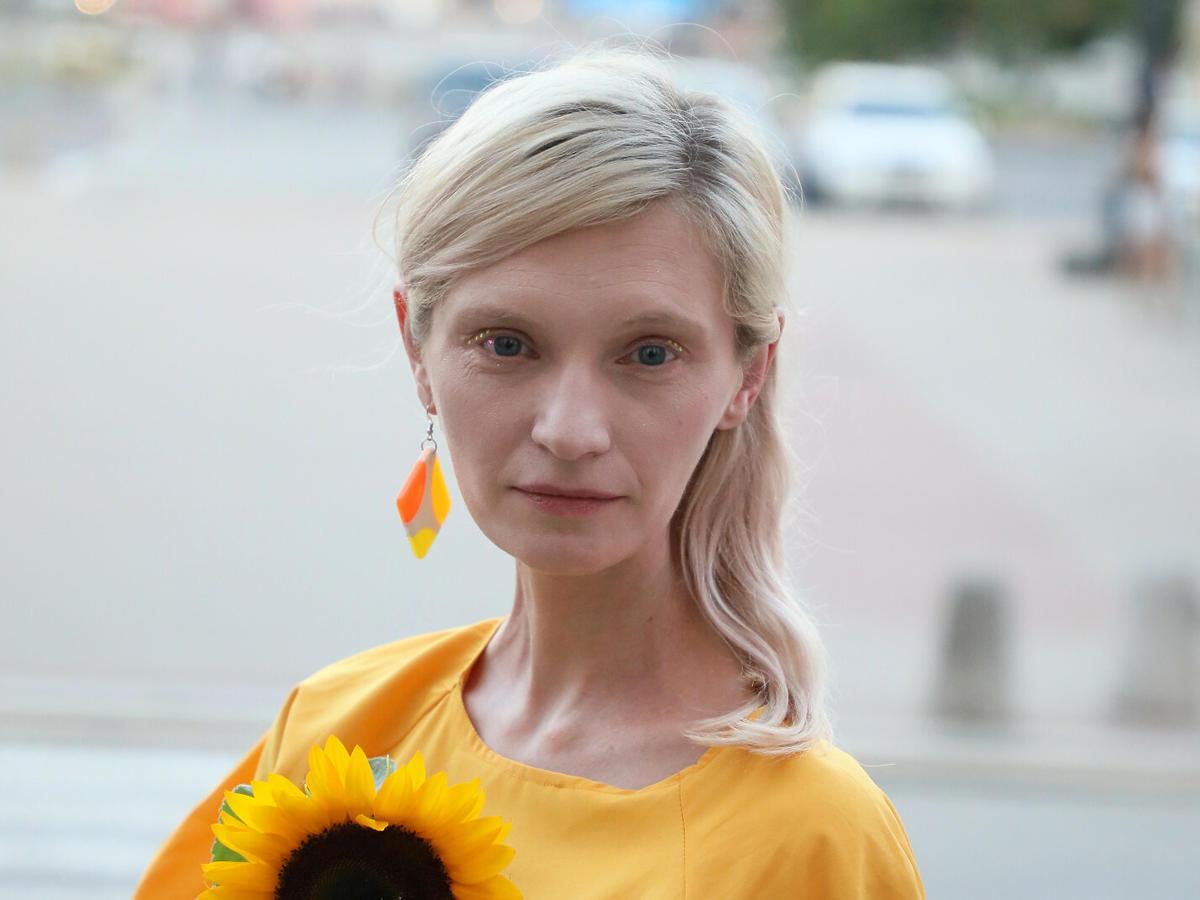 Agata Buzek w żółtej sukience