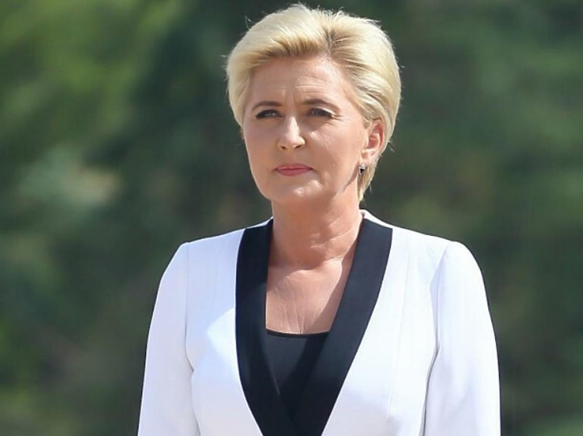 Agata Duda w białym garniturze