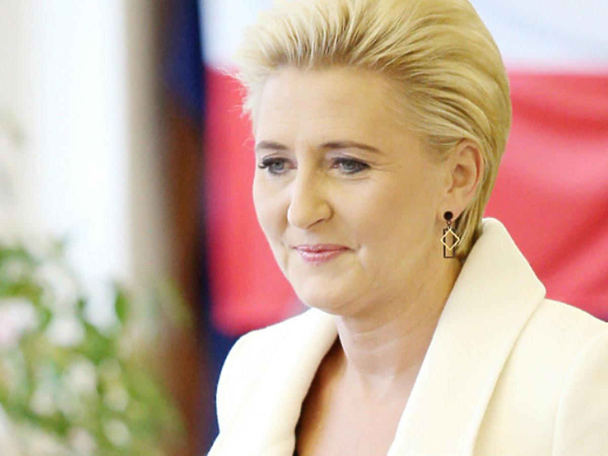 Agata Duda w białym płaszczu