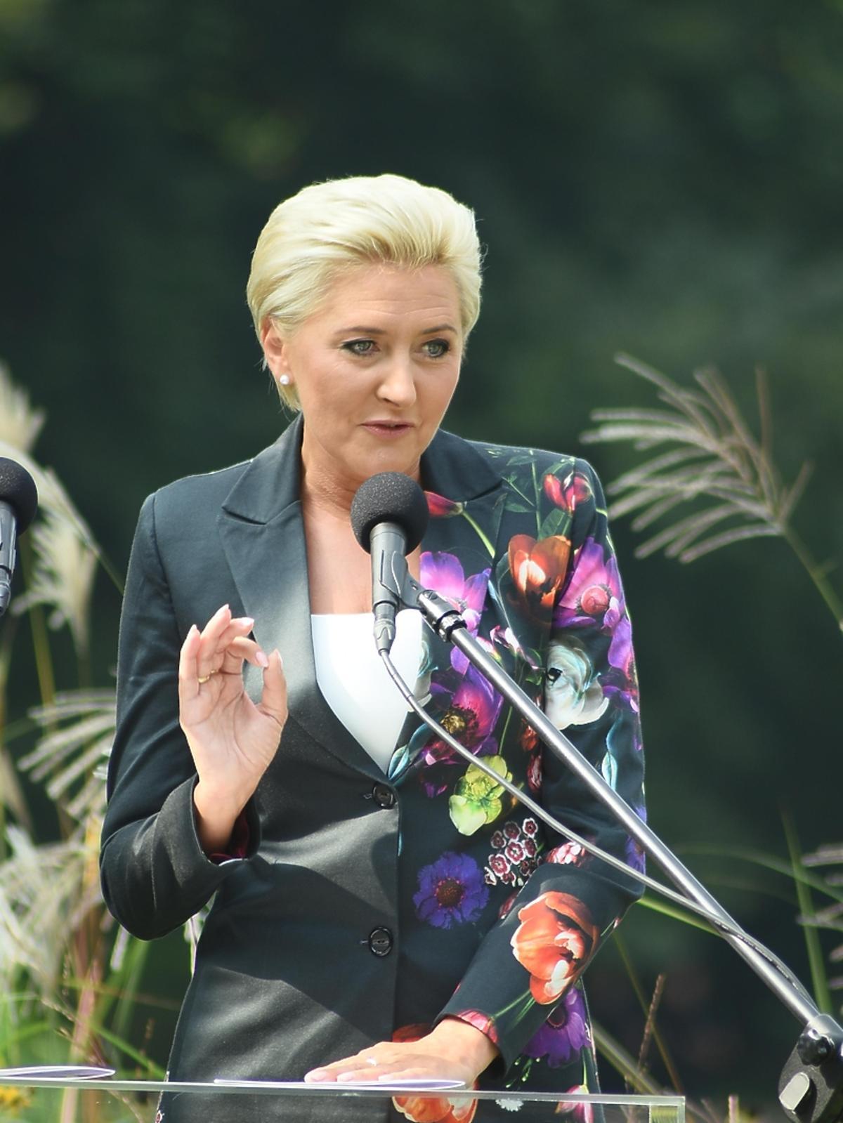 Agata Duda w garniturze w kwiaty