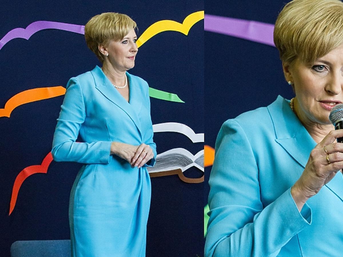 Agata Duda w turkusowej sukience i perłach z mikrofonem