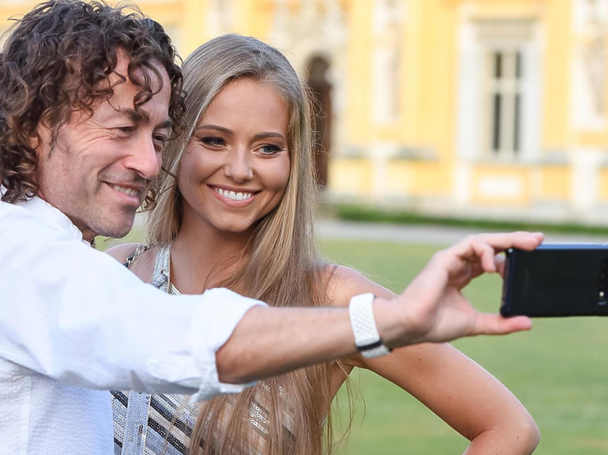 Agata i Piotr Rubikowie robią sobie selfie