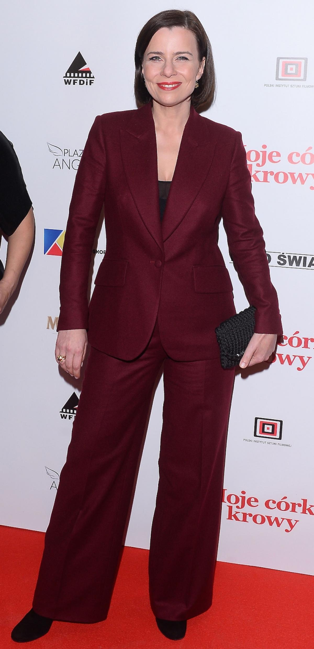 Agata Kulesza w bordowym garniturze na czerwonym dywanie