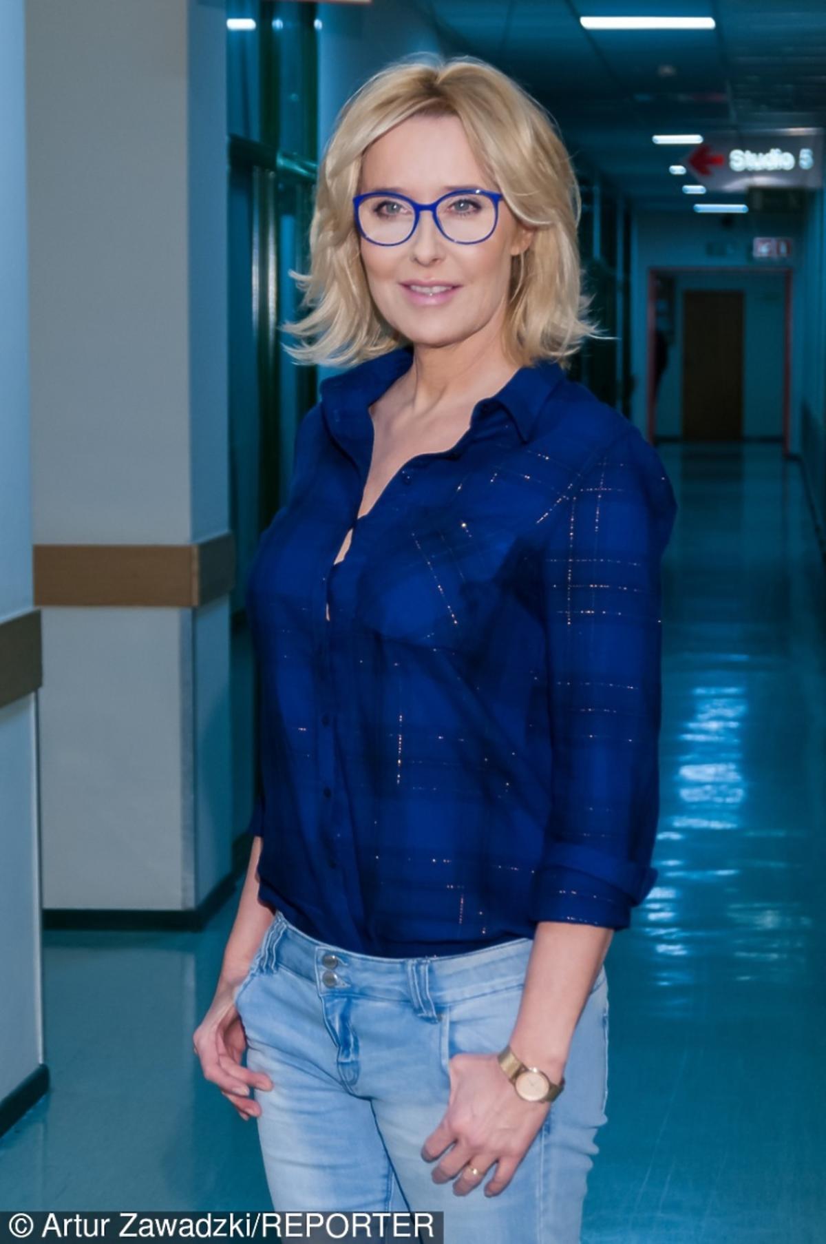 Agata Młynarska w niebieskiej koszuli
