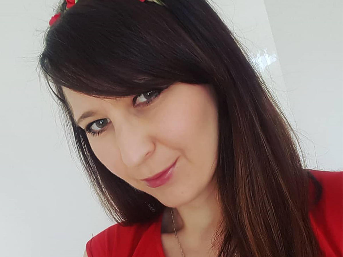 """Agata Rusak z """"Rolnik szuka żony"""" w czerwonej bluzce"""