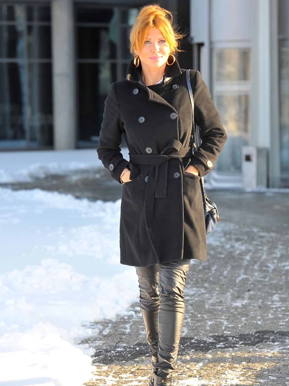 Agata Załęcka przed siedzibą TVP
