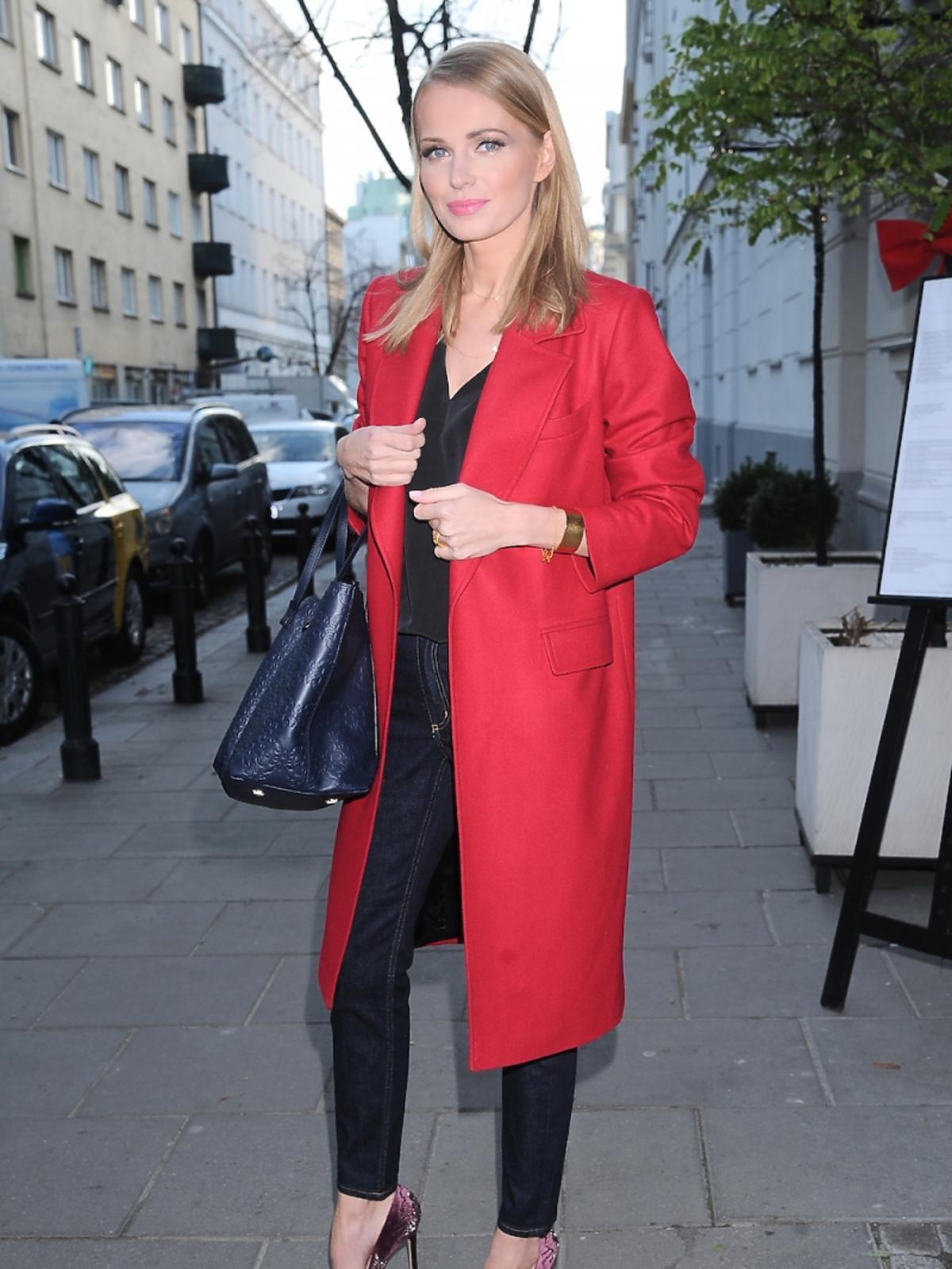 Agnieszka Cegielska  czerwonym płaszczy na ulicy