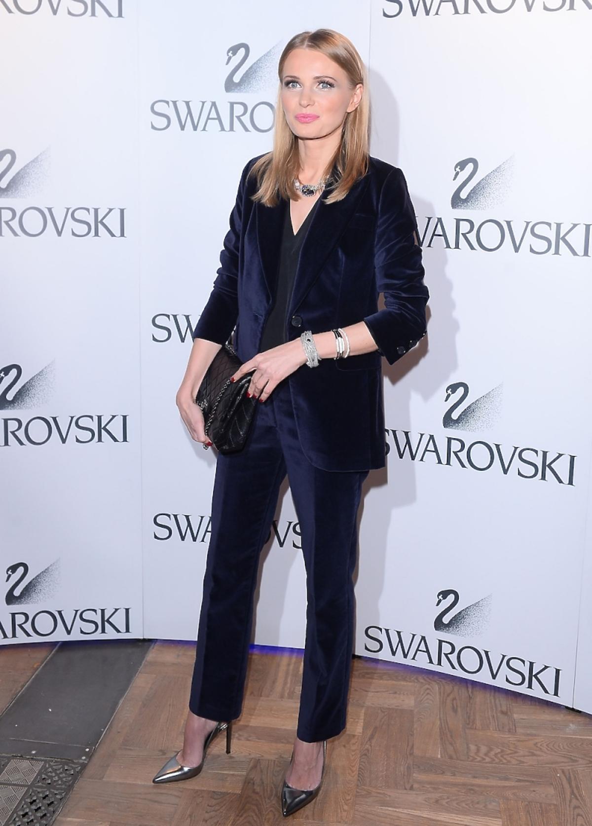 Agnieszka Cegielska w aksamitnym garniturze i srebrnych szpilkach z torebką