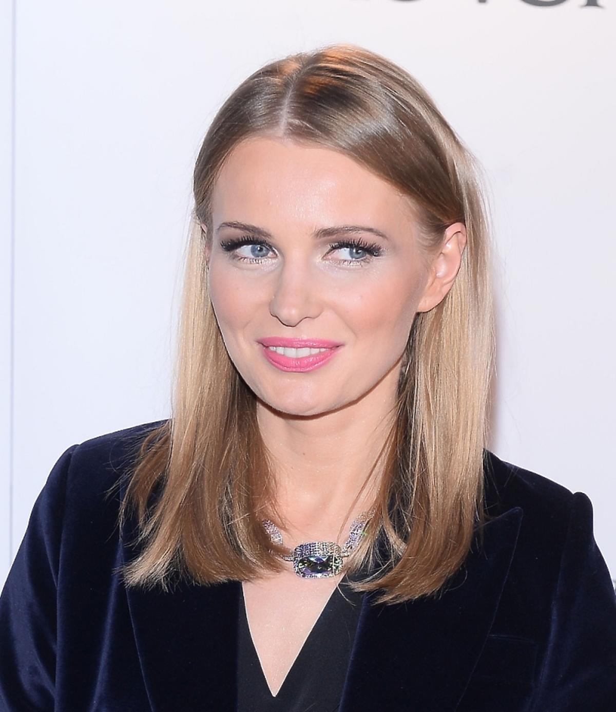 Agnieszka Cegielska w gładkiej fryzurze z dużym naszyjnikiem