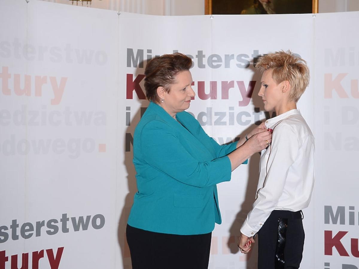 Agnieszka Chylińska w białej koszuli