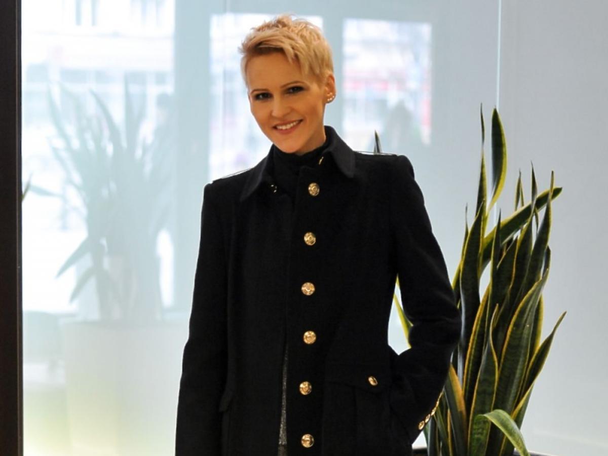 Agnieszka Chylińska w czarnym płaszczu