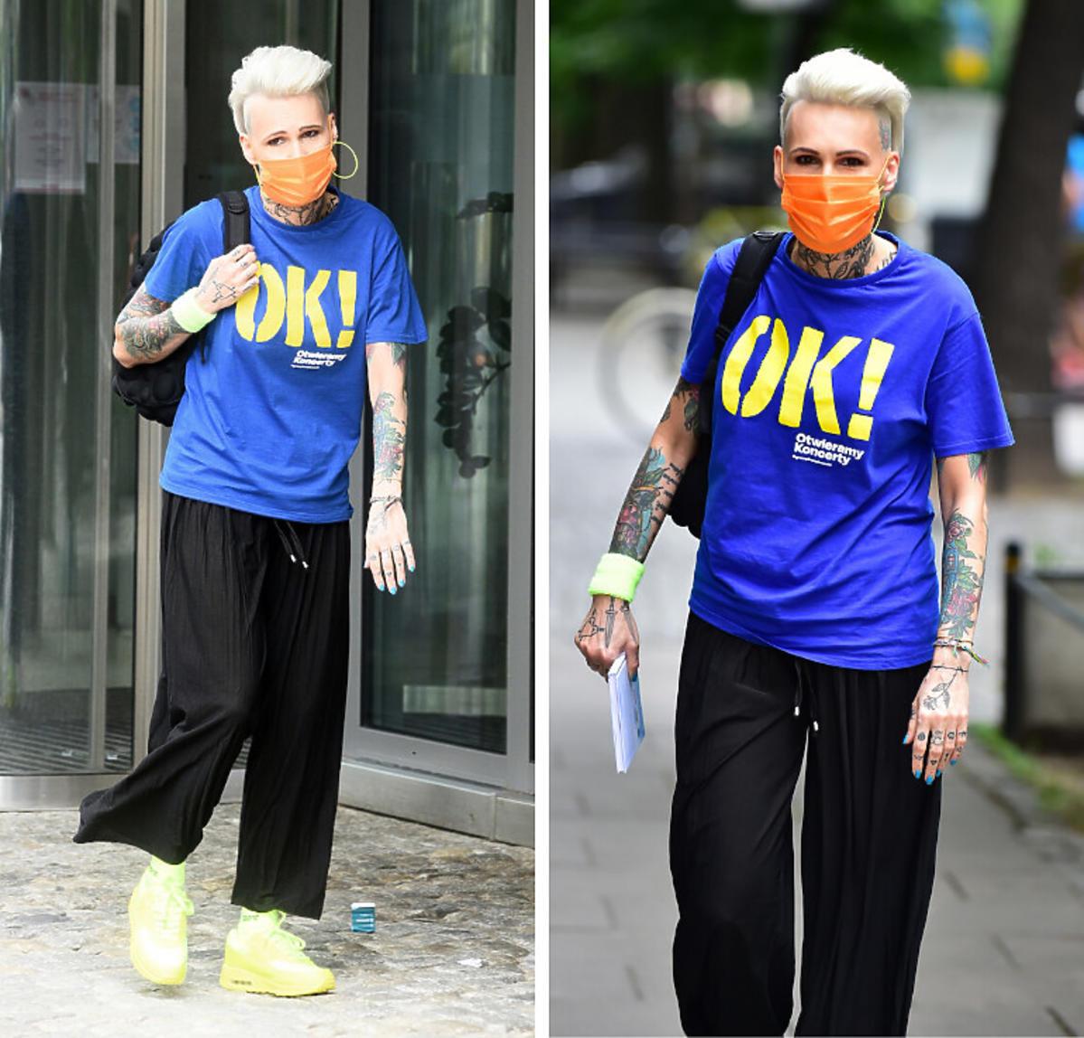 Agnieszka Chylińska w niebieskiej koszulce z żółtym napisem OK!