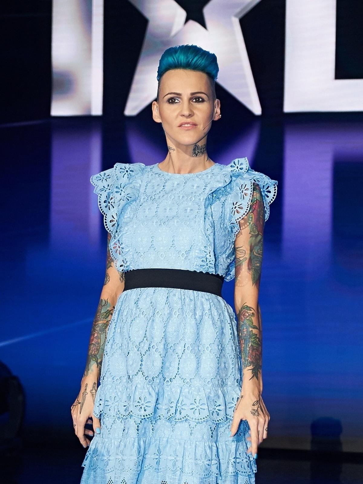 Agnieszka Chylińska w niebieskiej sukience z falbankami w Mam talent