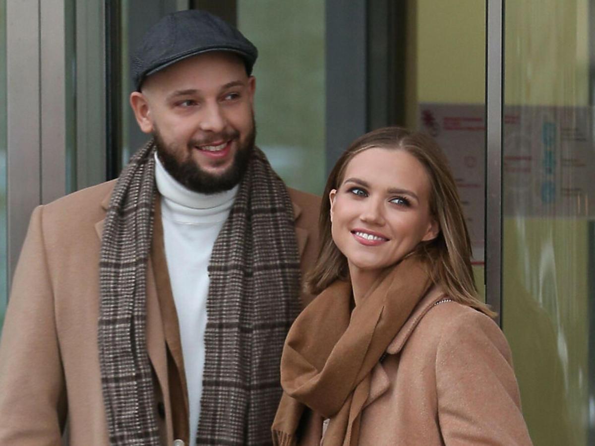Agnieszka Kaczorowska i Maciej Pela w beżowych płaszczach