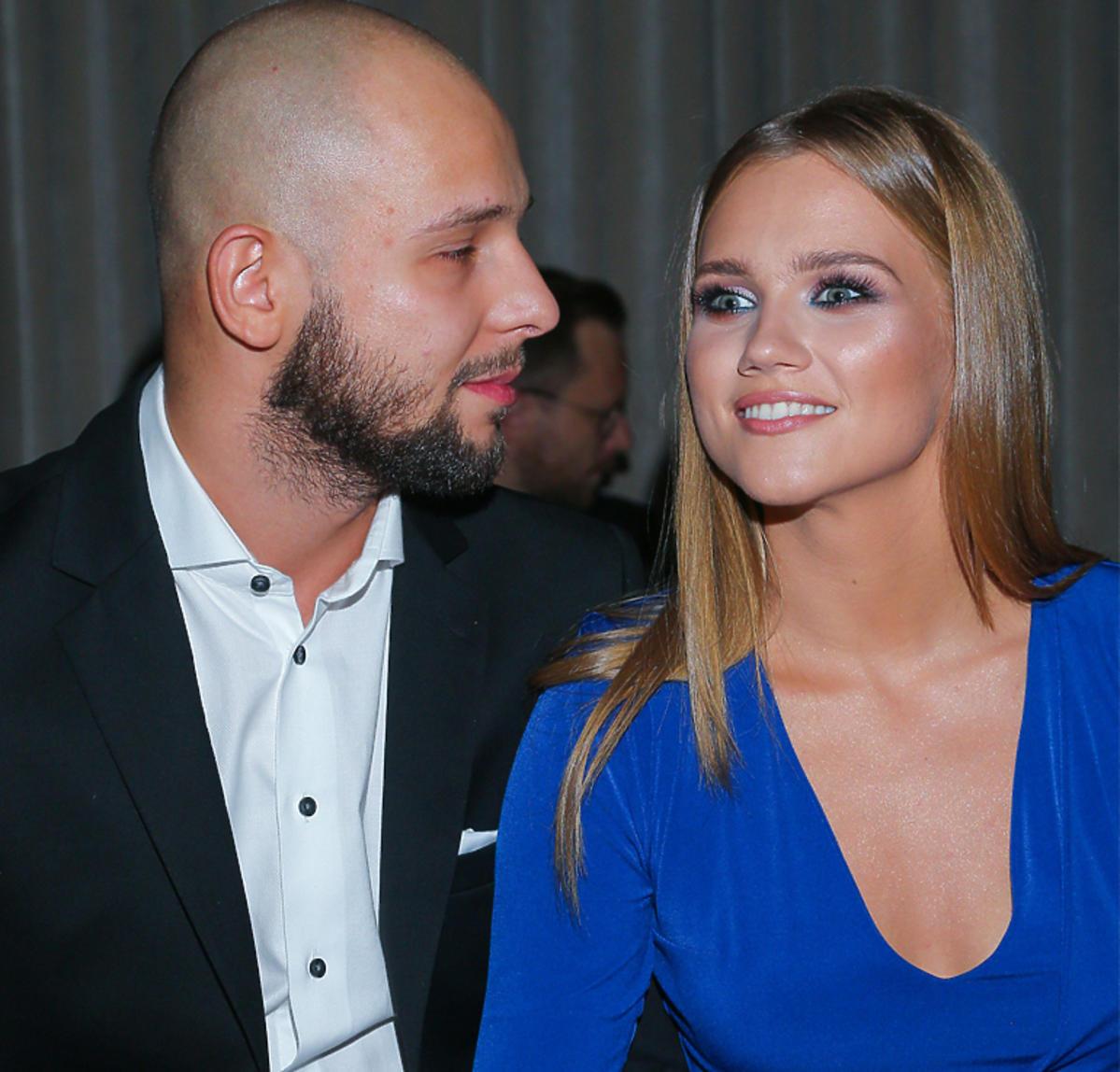 Agnieszka Kaczorowska uśmiecha się do męża, Macieja