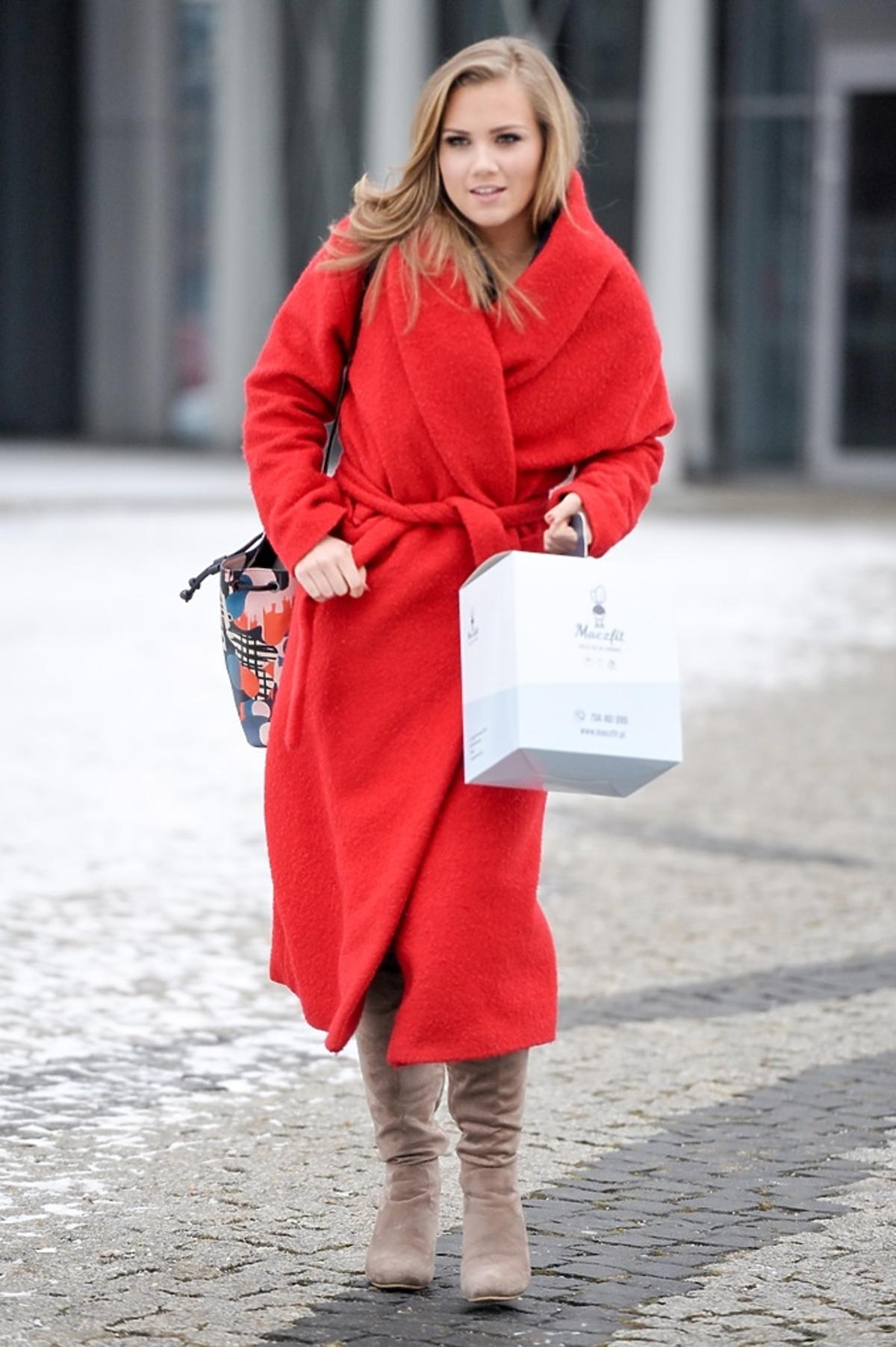 Agnieszka Kaczorowska w czerwonym płaszczu