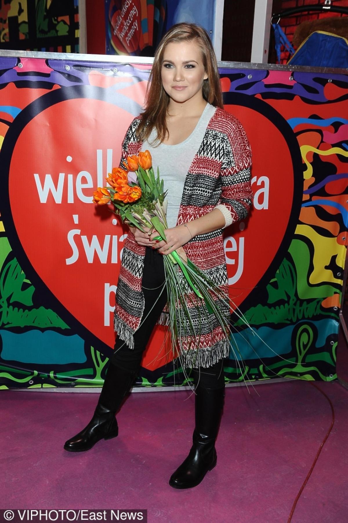 Agnieszka Kaczorowska w kolorowym swetrze
