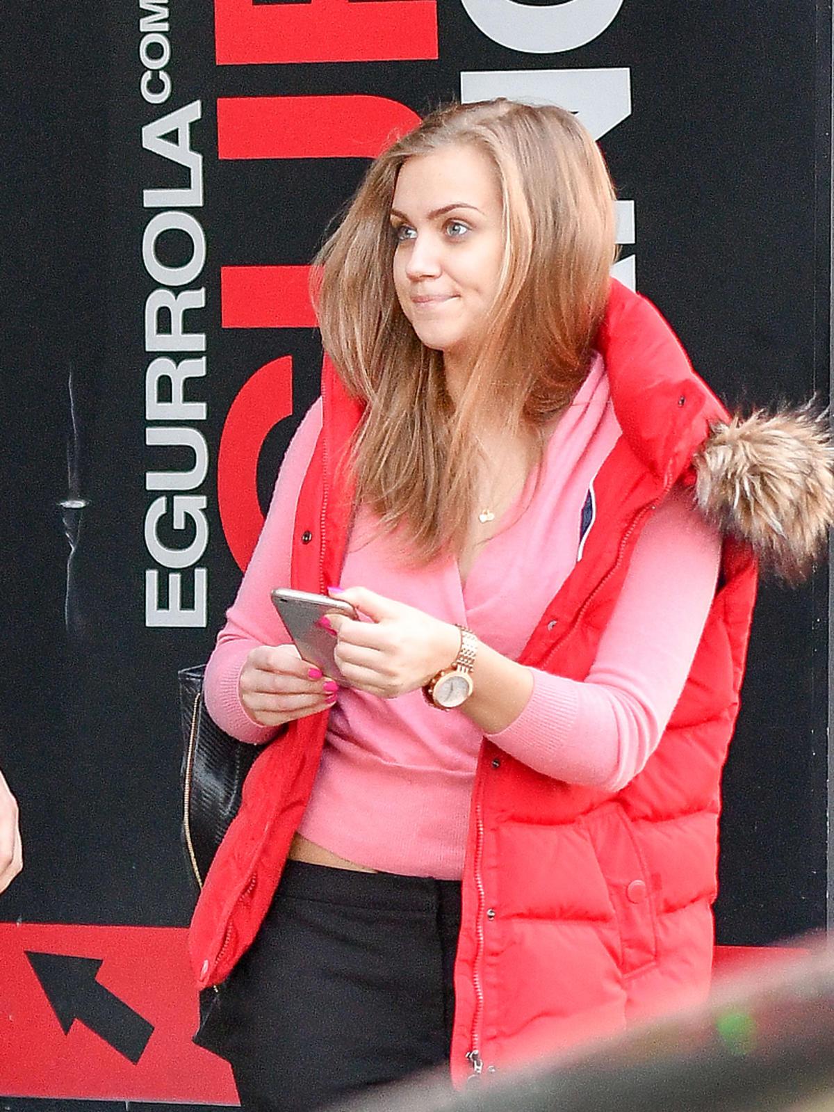 Agnieszka Kaczorowska w różowej bluzie