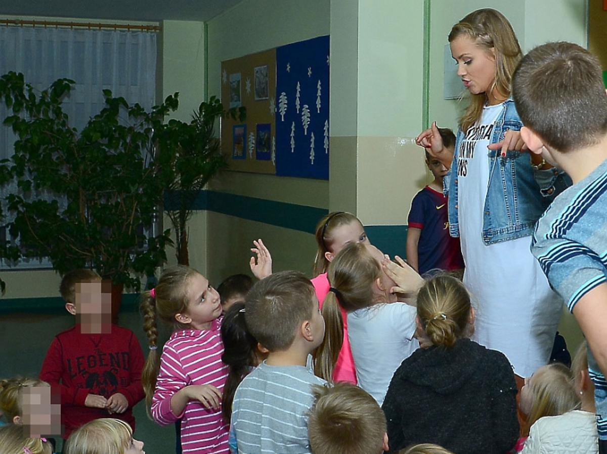 Agnieszka Kaczorowska w szarej sukience