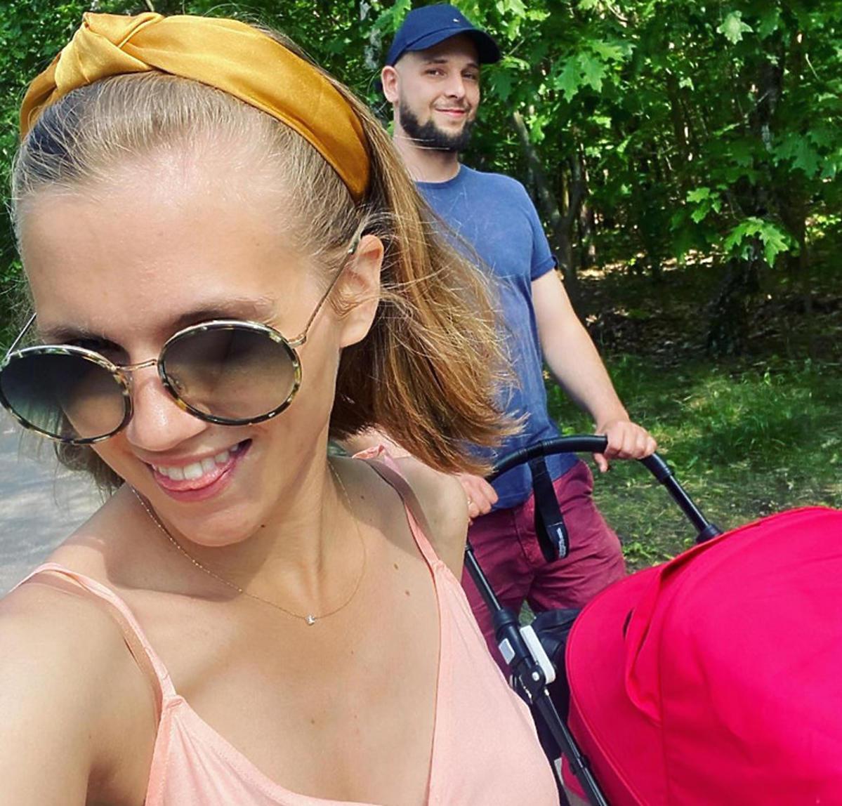 Agnieszka Kaczorowska z mężem i córką na spacerze