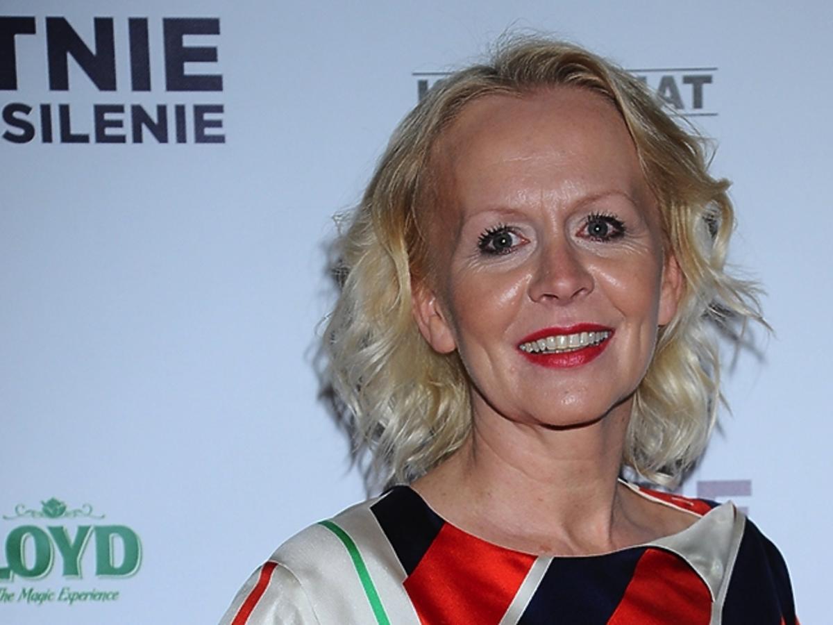 Agnieszka Krukówna w makijażu z czerwoną szminką i lokach
