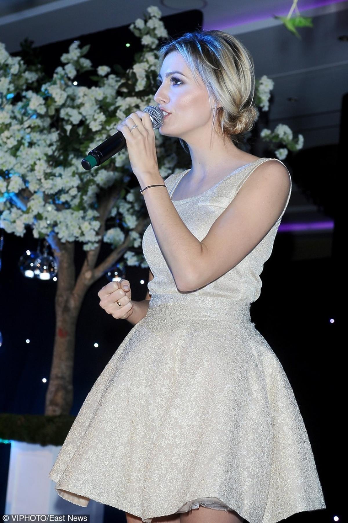 Agnieszka Popielewicz z mikrofonem