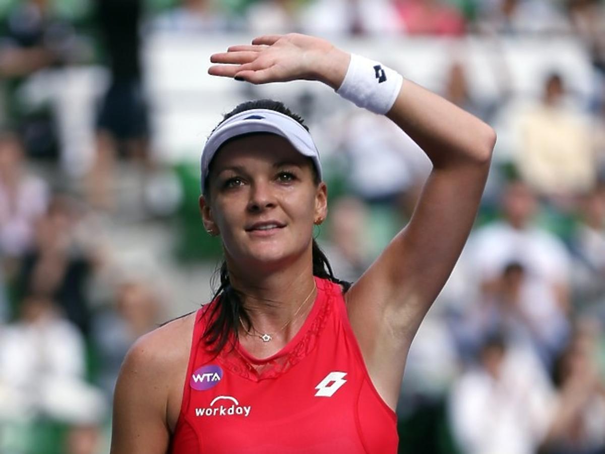 Agnieszka Radwańska w czerwonym sportowym stroju na korcie