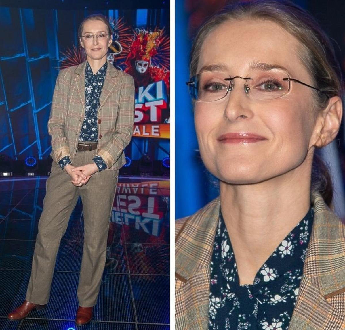 Agnieszka Sitek w matynarce w kratkę i koszuli w kwiaty