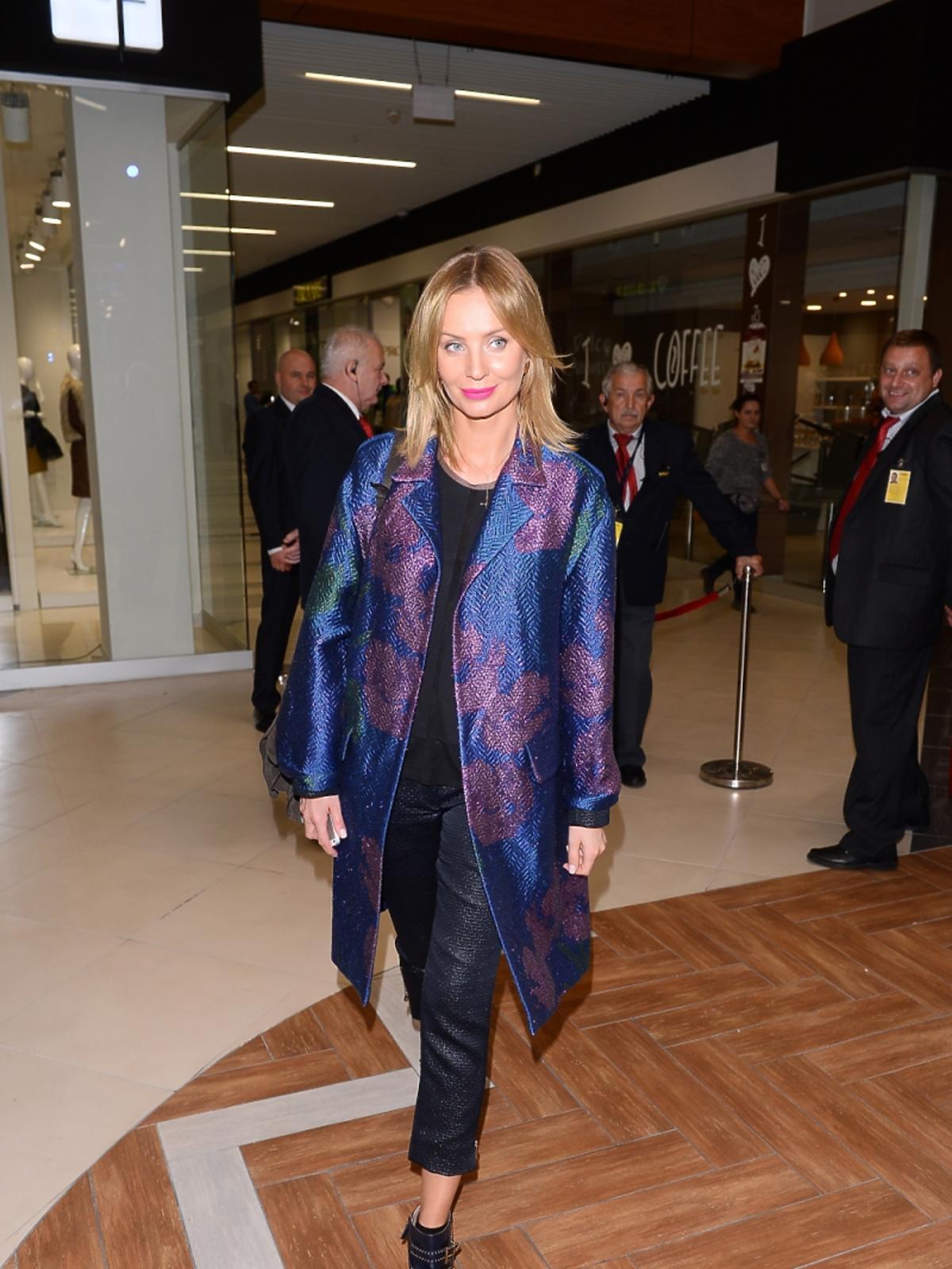 Agnieszka Szulim w niebieskim błyszczącym płaszczu