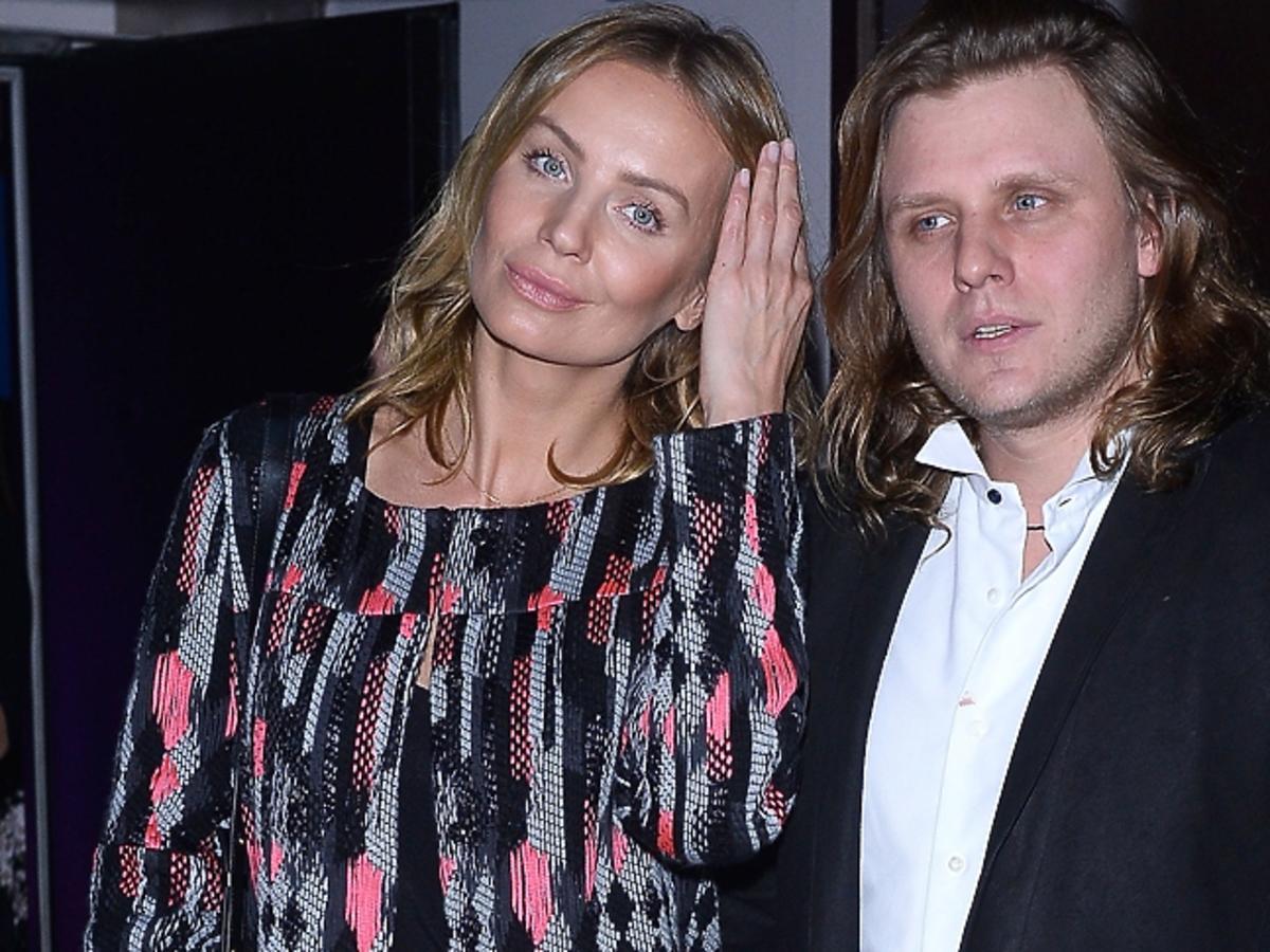 Agnieszka Szulim przytrzymuje włosy