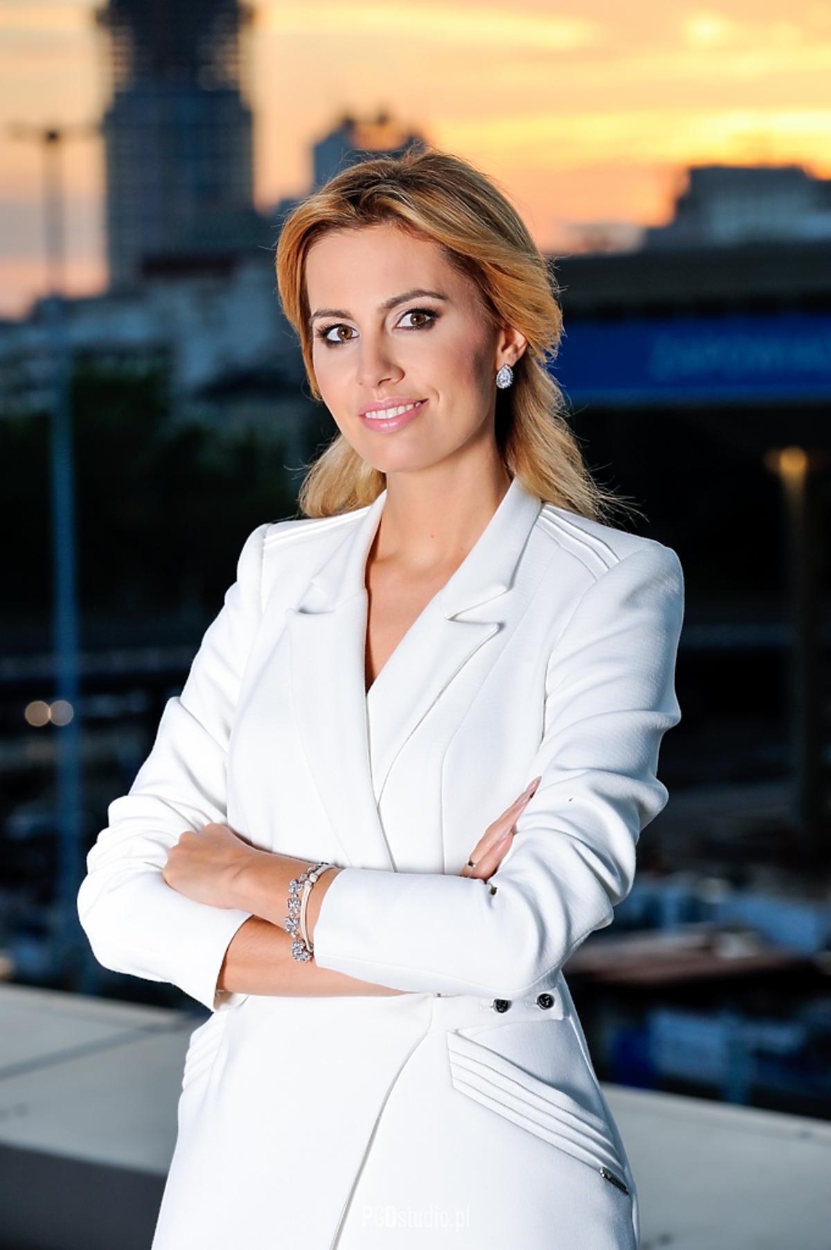 Agnieszka Szulim w białej marynarce