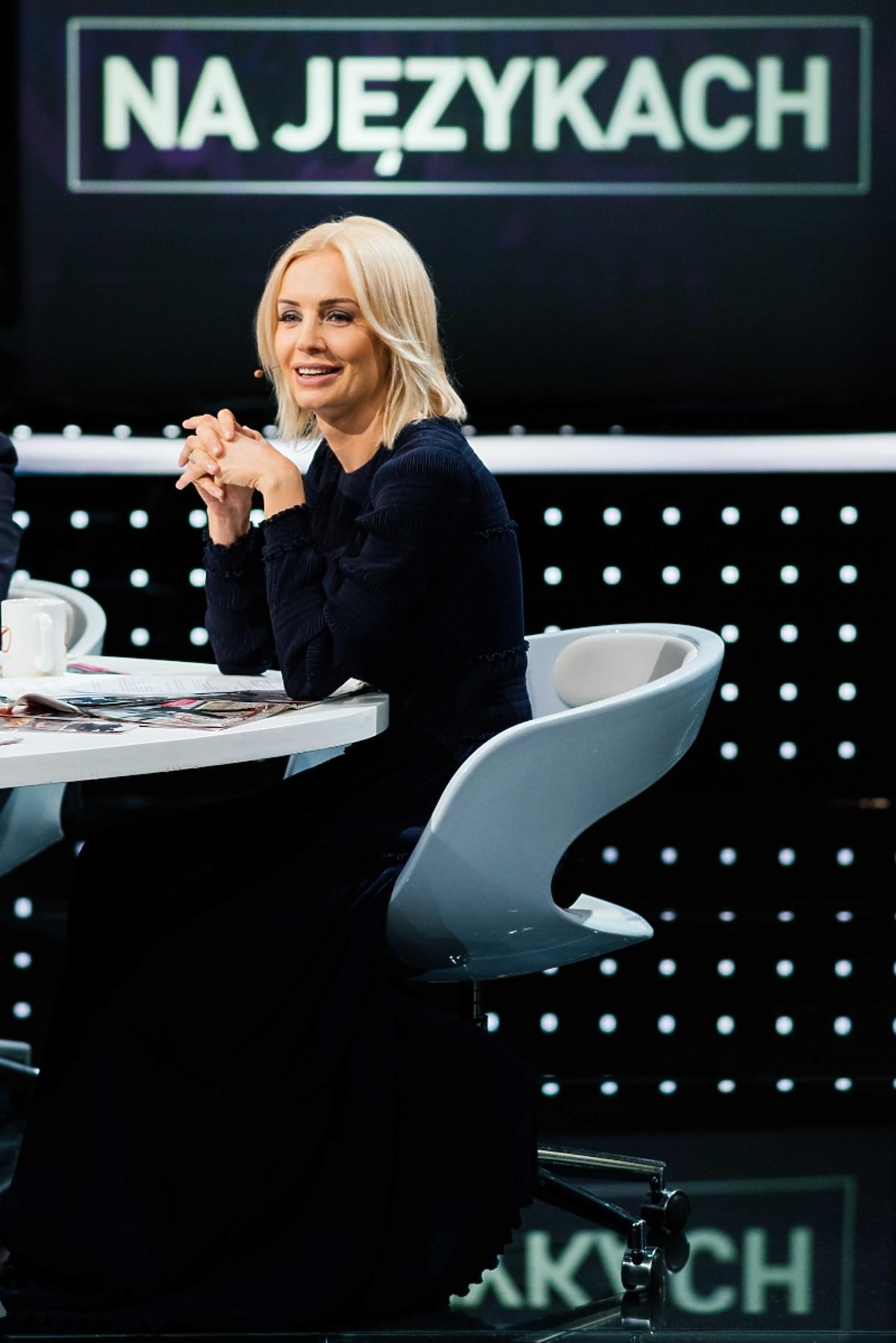 Agnieszka Szulim w czarnej bluzce