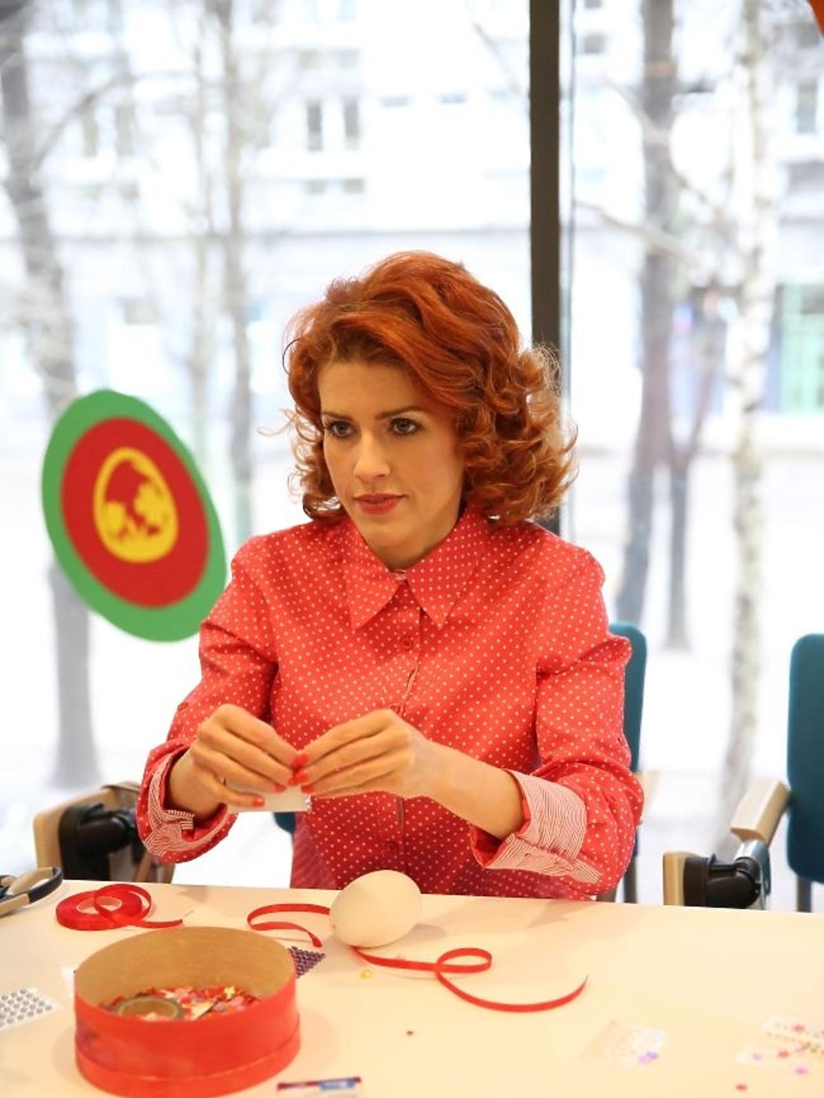 Agnieszka Wielgosz przygotowuje wielkanocne ozdoby