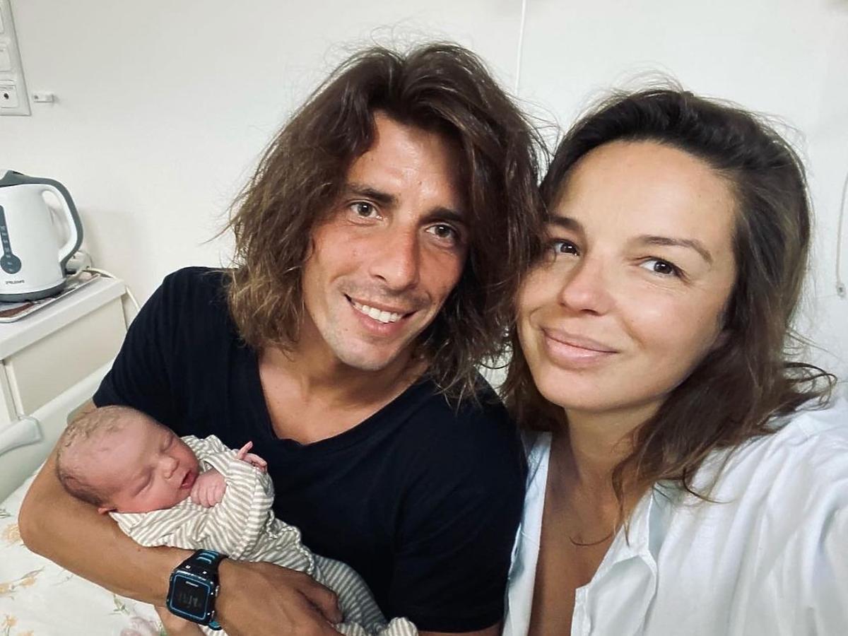 Agnieszka Włodarczyk i Robert Karaś z synem w szpitalu po porodzie