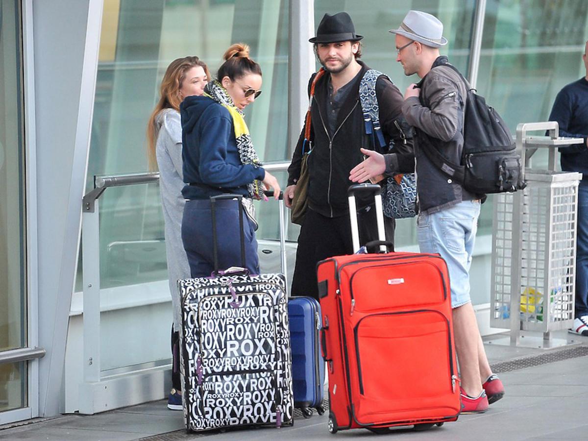 Agnieszka Włodarczyk, Maria Konarowska, Michał Żurawski na lotnisku