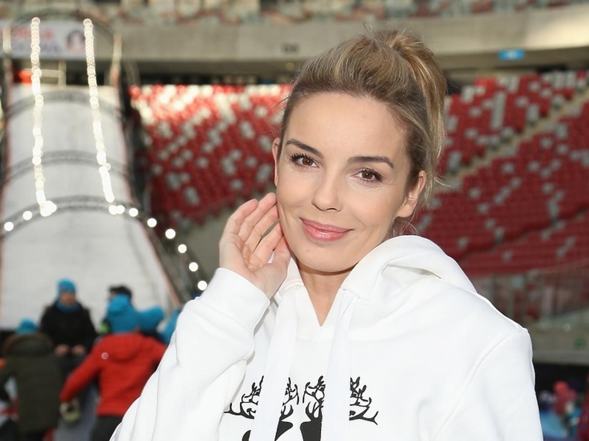 Agnieszka Włodarczyk w białej bluzie z jemiołą