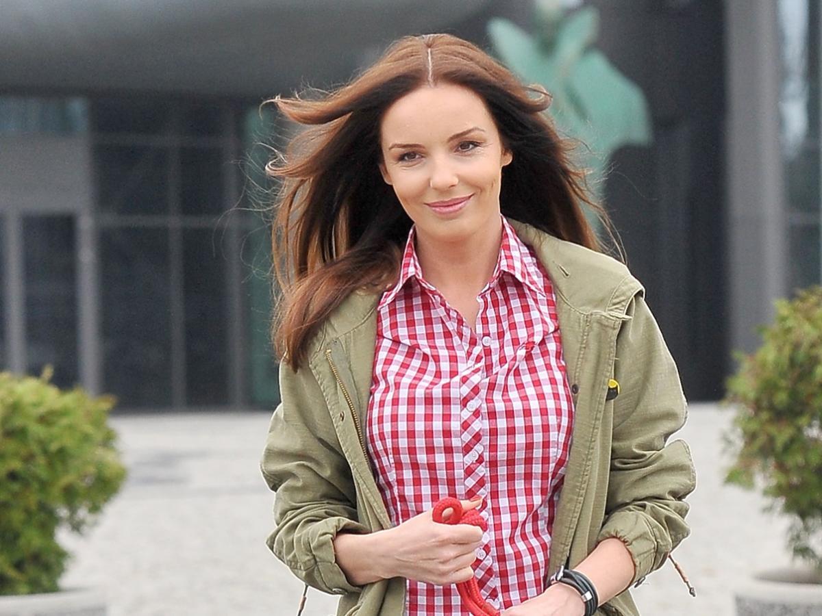 Agnieszka Włodarczyk w koszuli w kratę