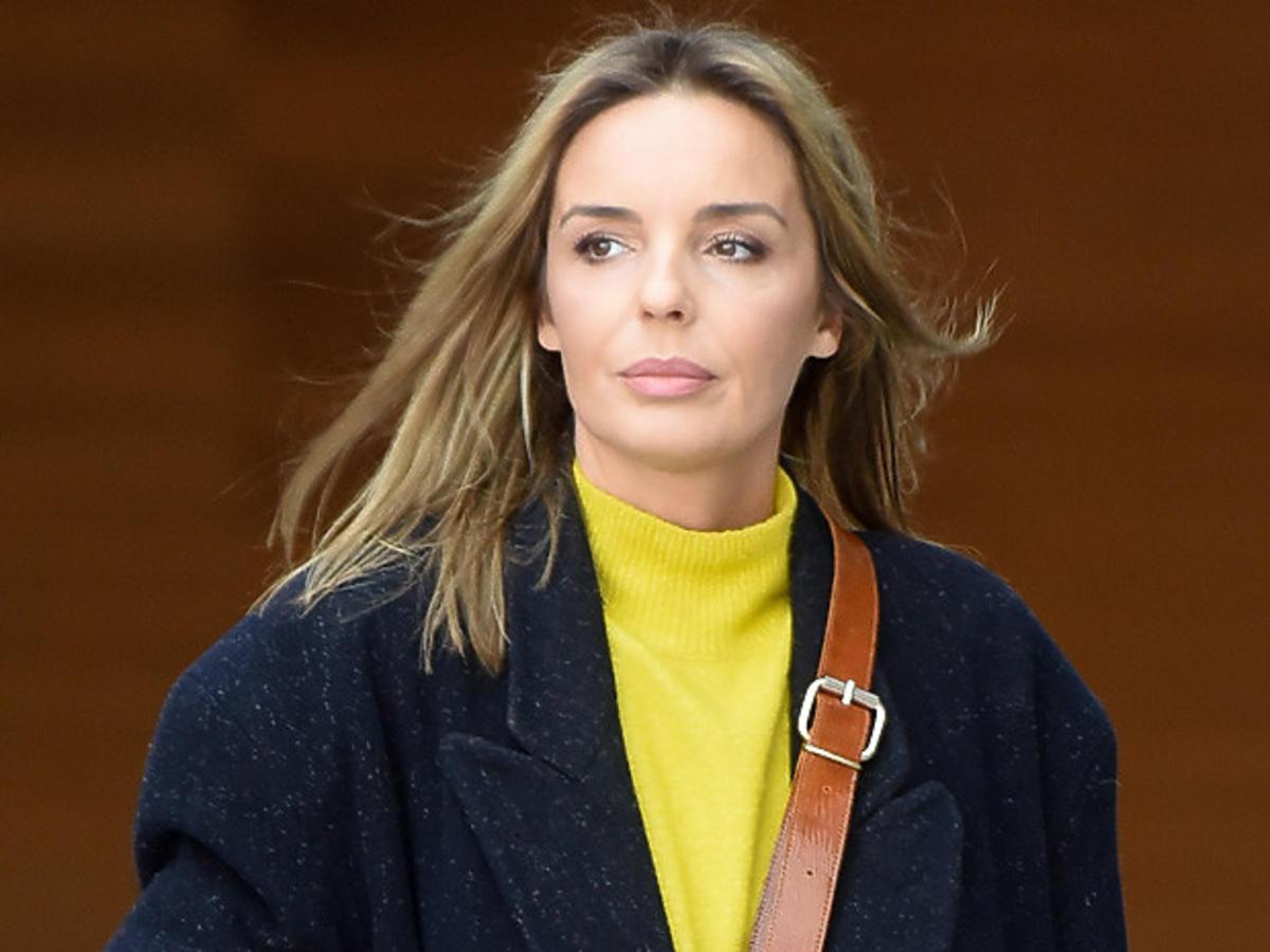 Agnieszka Włodarczyk w żółtym golfie i płaszczu
